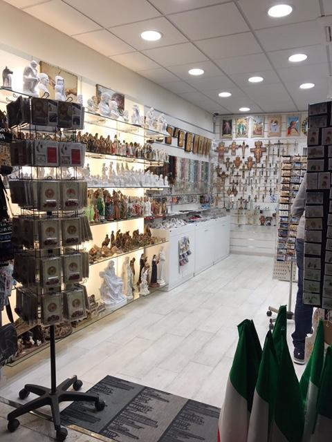 Caos souvenir in via di porta angelica tutto per for Sgabelli per negozi