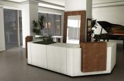 l_banchi-reception-con-vetrinetta-espositiva-banchi-realizzabili-su-misura.jpg