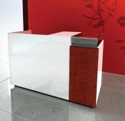 l_banco-vendita-colore-rosso-e-montanti-da-parete-per-negozi-con-ripiani-in-legno.jpg