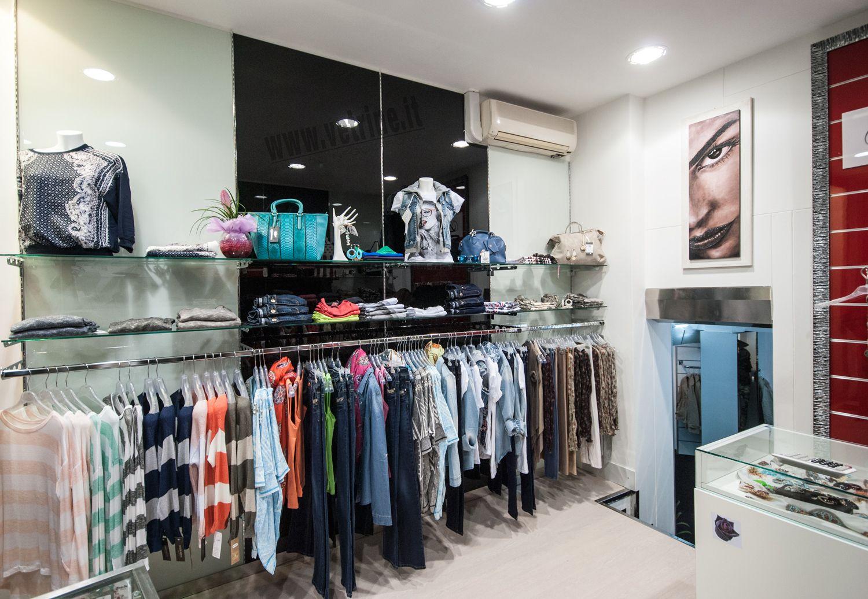 Arredo per negozio abbigliamento e accessori raffinato ed for Arredamento in roma