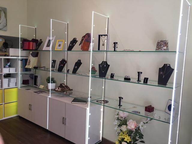 Nuovo arredamento per gioielleria realizzato per crearte for Arredamento vetrine